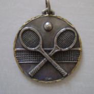 Медаль за победу в турнире по теннису.