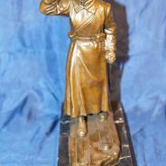 Бронзовая авторская скульптура пограничника в дозоре на пьедестале из камня. СССР, 1932 год (?).