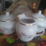 Фарфоровый чайный набор: Сахарница, Заварник, Молочник.