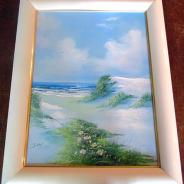 Картина в деревянной белой раме.