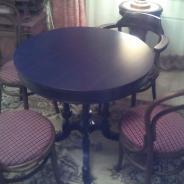 старинный столик и 4 стула и кресло братьев тонет
