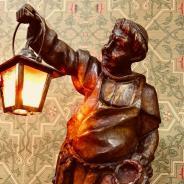 Винтажная лампа с фигурой монаха, держащего фонарь. Западная Европа, начало ХХ века.